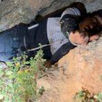 Polis kurtardığı kaçak Suriyeliyi ambulansa kadar sırtında taşıdı
