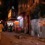 Fatih'te metruk binanın balkonu çöktü