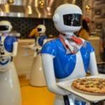 Ataköy'de robot garsonlara yoğun ilgi