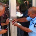 Elektriği kesilen belediye VEDAŞ binasını mühürledi