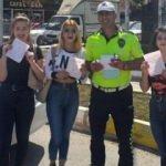 Trafik cezası uygulanan üniversiteliler, polisle fotoğraf çektirdi