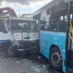 Vinç yüklü kamyon, halk otobüsüne çarptı! Yaralılar var