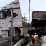 Bakırköy D-100 yanyolda TIR bariyerde asılı kaldı
