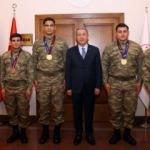 Hulusi Akar, madalya kazanan güreşçileri kabul etti