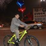 Mendil satan Suriyeli çocuğa bisiklet sürprizi