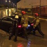 Şiddetli yağış nedeniyle mahsur kalan araç böyle kurtarıldı