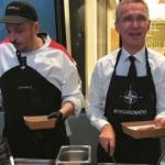 Stoltenberg çalışanlara yemek servis etti