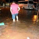 Ayvalık'ta şiddetli yağış evlerde hasara yol açtı