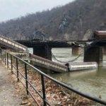 ABD'de yük treni raydan çıkıp nehre düştü