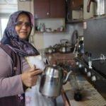 Kocasına yardım için geldi, çay ocağını işletiyor