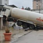 Adana'da faciadan dönüldü: LPG tankeri asılı kaldı