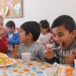 Köy köy dolaşıp çocuklara pasta dağıtıyor