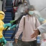 Endonezya'da korona alarmı! Uçaktan inenler şaşkına uğradı