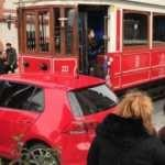 Kaza yapan tramvayın önünde fotoğraf çektirme yarışı