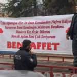 'Beni Affet' pankartı açan adam soluğu karakolda aldı