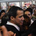 Darbeci Guaido'ya havalimanında yoğun tepki