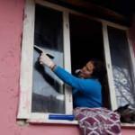 Liseli öğrenciler bakıma muhtaç ailelerin evlerini temizliyor