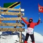 71'lik delikanlı Türk bayrağını Afrika'nın en yüksek dağına dikti