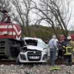 Tren hemzemin geçitte hafif ticari araca çarptı: 2 ölü, 2 yaralı