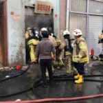 Bayrampaşa'da plastik ürünlerin olduğu depoda yangın: Bir itfaiye eri hayatını kaybetti