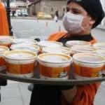 Koronavirüse karşı esnafa kelle paça çorbası dağıttı