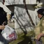 Polisler, 70 yaşındaki kadının alışverişini yaptı