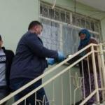 Yaşlılar evden çıkmasın diye muhtar kapı kapı dolaşıyor