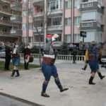 Afyonkarahisar'da evde kalanlar 'zeybek' ile moral buluyor