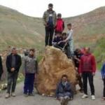 Dev kaya köyün yolunu kapattı