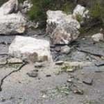 Kopan kayalar yolu kapattı