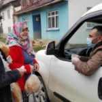 Köy köy dolaşıp yaşlıların kapısına kadar götürüyor