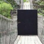Köyün girişindeki köprüye kilitli kapı yaptılar!