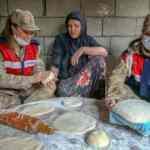 Jandarmamız ve bölgenin kadınları birlikte ekmek yaptı