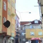 Rüzgarda uçan çatı karşı apartmandaki dairenin içine girdi