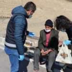 Yiyecek bulmak için 2 saat yürüdü, polis ve jandarma yardım etti