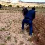 Dışarı çıkamayan çiftçinin tarlasını köy imamı sürdü