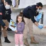 Şırnak'ta polisler çocuklara kitap hediye etti