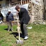 103 yaşındaki asırlık çınar, gençlere taş çıkarıyor