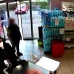 Çekya'da hırsız marketi soydu, görevli ise paspasa devam etti