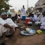 Sudanlılar ilk iftarlarını sokaklarda yaptı