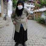 106 yaşındaki Vahide nine 50 gün sonra yürümenin keyfini çıkardı