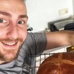 Sefa Doğanay pişirdiği ekmek ile poz verdi! Ünlü komedyenden ekmek paylaşımı