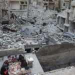 Enkaz üstünde bir iftar sofrası: Suriyeli aile ramazanı molozlar arasında geçiyor
