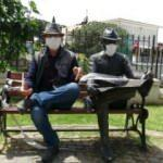 Aydın'da kendi heykeline maske taktı