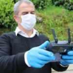 Köy muhtarı maskeleri drone ile dağıtıyor
