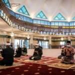 Malezya'nın bazı camilerinde 2 ay sonra ilk cuma!