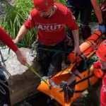 Kayalıklardan düşen adamı ekipler 2 kilometre taşıdı