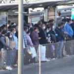 Metrobüs ve tramvay duraklarında yoğunluk
