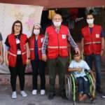 Hatay'da çöpten atık toplayan Suriyeli çocuğa Türk Kızılay yardım etti