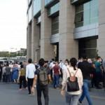 Adalet Sarayı önünde yoğun kalabalık